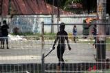 Seorang pria menenteng senjata tajam saat unjuk rasa di Kota Sorong, Papua Barat, Jumat (27/11/2020). Unjuk rasa yang belum diketahui maksud dan tujuannnya tersebut dibubarkan pihak kepolisian karena menyebabkan keramaian di tengah pandemi COVID-19 dan berlangsung ricuh sehingga mengakibatkan empat orang anggota polisi dan satu orang jurnalis terluka. ANTARA FOTO/Olha Mulalinda/wsj.