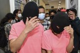 Dua tersangka yang merupakan muncikari prostitusi daring artis berjalan usai konferensi pers di Polres Metro Jakarta Utara, Jakarta, Jumat (27/11/2020). Polisi menetapkan dua muncikari berinisial AR dan CA sebagai tersangka terkait kasus prostitusi daring yang melibatkan dua artis yakni ST alias M (27) dan SH alias MY (26). ANTARA FOTO/M Risyal Hidayat/nym.