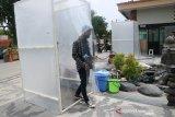 Warga keluar dari bilik disinfektan saat akan shalat di Masjid Jami Al Fattah Kota Mojokerto, Jawa Timur, Sabtu (28/11/2020). Takmir masjid menerapkan protokol kesehatan ketat dengan melakukan sterilisasi jamaah, wajib masker, cuci tangan dan shaf berjarak minimal 30 cm ketika melaksanakan shalat untuk mencegah penyebaran COVID-19. Antara Jatim/Syaiful Arif/mas.