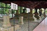Warga mengunjungi objek wisata sejarah situs cagar budaya Makam Kandang XII, Kesultanan Aceh Darussalam di Banda Aceh, Aceh, Sabtu (28/11/2020). Kementerian Pendidikan dan Kebudayaan bersama Kementerian Pariwisata menetapkan sebanyak 62 lokasi bersejarah sebagai situs cagar budaya yang tersebar di seluruh Aceh, salah satunya Makam Kandang XII, tempat dimakamkannya sebanyak 12 Kesultanan Aceh yang memerintah pada masa Kerajaan Aceh Darussalam abad 1497-1630 Masehi. ANTARA FOTO/Ampelsa/nym.