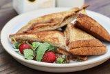 Cara membuat roti selai kacang dan stroberi untuk menu sarapan