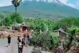Ratusan warga sekitar Gunung  Lewotolok belum dievakuasi