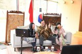 menJual batik Rp1 miliar, Dubes Umar Hadi mendapat rekor MURI