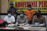 Polisi mengamankan dua perusak DPRD DIY saat demo UU Cipta Kerja