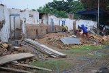 Pekerja menyelesaikan proses renovasi Stadion R Soenarto Hadiwidjojo di Pamekasan, Jawa Timur, Minggu (29/11/2020). Stadion milik Yayasan Dharma Siswa yang dikelola Madura United FC (MU) untuk jangka waktu 10 tahun itu, nantinya akan menjadi pusat latihan MU dan pusat pembinaan Madura United Football Academy (MUFA) yang berstandar Asian Football Confederation (AFC). Antara Jatim/Saiful Bahri/Um