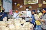 Kubu Raya budayakan penggunaan besek untuk tempat makanan