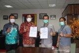 Pemimpin PT BRI (Persero) Tbk Cabang Singaraja Yogie Harris Nainggolan (kedua kanan) secara simbolis menyerahkan bantuan Bina Lingkungan Beasiswa senilai Rp75 juta kepada Rektor Universitas Pendidikan Ganesha (Undiksha) Prof. Dr I Nyoman Jampel M.Pd (kedua kiri) di Singaraja, Bali, Minggu (29/11/2020). Antara News Bali/HO Undiksha - Made Adnyana/nym.