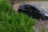 Salah tekan gas, mobil milik warga Janapria Loteng terjun ke sawah