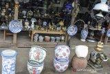 Pedagang barang antik menanti datangnya pembeli di Cisaga, Kabupaten Ciamis, Jawa Barat, Selasa (1/12/2020). Berbagai macam barang antik mulai dari furniture, piring hias keramik, dan lampu rumah buatan tahun 1940 masih bertahan di tengah era modernisasi saat ini dan masih diburu para kolektor pecinta barang kuno, dengan harga berkisar Rp500 ribu hingga Rp10 juta. ANTARA JABAR/Adeng Bustomi/agr