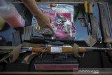 Petugas menunjukan senjata api sebelum pemusnahan barang bukti tindak pidana di halaman gedung Kejaksaan Negeri Kota Bandung, Jawa Barat, Selasa (1/12/2020). Kejaksaan Negeri Kota Bandung memusnahkan barang bukti perkara tindak pidana berupa narkotika, alat perjudian, senjata api, dan senjata tajam hasil kejahatan periode Mei 2020 hingga Oktober 2020. ANTARA JABAR/Raisan Al Farisi/agr