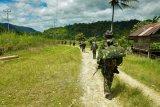 Sejumlah prajurit TNI AD melakukan penyisiran untuk memburu kelompok Mujahidin Indonesia Timur (MIT), di Desa Lembangtongoa, Kabupaten Sigi, Sulawesi Tengah, Selassa (1/12/2020). Penyisiran itu dilakukan pascaterbunuhnya empat warga di desa tersebut pada Jumat (27/11/2020) lalu yang diduga dilakukan oleh kelompok MIT Poso pimpinan Ali Kalora. ANTARA FOTO/Eddy Djunaedi/bmz/hp.