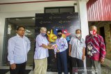 Kepala LKBN ANTARA Biro Kalimantan Selatan Nurul Aulia Badar (dua kiri) menyerahkan bantuan gawai kepada siswa berprestasi Akhmad Bukhari (tengah) di Kantor LKBN ANTARA Biro Kalsel di Banjarmasin, Kalimantan Selatan, Kamis (3/12/2020). Dalam rangkaian HUT Ke-83 Perum LKBN ANTARA memberikan bantuan gawai guna menunjang pendidikan anak pekerja pers berprestasi di Provinsi Kalimantan Selatan. Foto Antaranews Kalsel/Bayu Pratama S.
