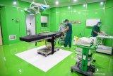 Petugas mempersiapkan kelengkapan fasilitas ruang operasi khusus pasien COVID-19 di RSUD dr. Iskak Tulungagung, Tulungagung, Jawa Timur, Rabu (2/12/2020). Sebagai salah satu rumah sakit rujukan COVID-19 di Jawa Timur, RSUD dr. Iskak Tulungagung kini dilengkapi dua unit ruang operasi khusus pasien COVID-19 bertekanan negatif sehingga aman dari risiko transmisi (penularan) virus maupun bakteri. Antara Jatim/Destyan Sujarwoko/Um