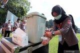 Petugas KPPS mencuci tangan sebelum measuki area Tempat Pemungutan Suara (TPS) saat simulasi pemungutan suara Pemilu 2020 di Alun-Alun Kota Blitar, Jawa timur, Kamis (3/12/2020). Simulasi pemungutan suara dengan menerapkan protokol kesehatan serta penanganan pemilih khusus disabilitas dan diduga terpapar COVID-19 tersebut bertujuan untuk menghindari penularan COVID-19 pada pelaksanaan Pemilu 2020, serta menciptakan pemilu yang aman dan sehat. Antara Jatim/Irfan Anshori/Um