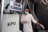 Pemilih dengan suhu tubuh 37,3 drajat celcius menyalurkan hak suaranya pada bilik khusus di Tempat Pemungutan Suara (TPS) saat simulasi pemungutan suara Pemilu 2020 di Alun-Alun Kota Blitar, Jawa timur, Kamis (3/12/2020). Simulasi pemungutan suara dengan menerapkan protokol kesehatan serta penanganan pemilih khusus disabilitas dan diduga terpapar COVID-19 tersebut bertujuan untuk menghindari penularan COVID-19 pada pelaksanaan Pemilu 2020, serta menciptakan pemilu yang aman dan sehat. Antara Jatim/Irfan Anshori/Um
