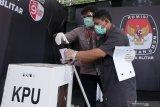 Petugas KPPS membantu pemilih khusus disabilitas menjalani proses pemungutan suara saat simulasi pemungutan suara Pemilu 2020 di Alun-Alun Kota Blitar, Jawa timur, Kamis (3/12/2020). Simulasi pemungutan suara dengan menerapkan protokol kesehatan serta penanganan pemilih khusus disabilitas dan diduga terpapar COVID-19 tersebut bertujuan untuk menghindari penularan COVID-19 pada pelaksanaan Pemilu 2020, serta menciptakan pemilu yang aman dan sehat. Antara Jatim/Irfan Anshori/Um
