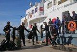 Personel Brimob dari Batalyon B Pelopor Brimob Timika menurunkan peralatan setibanya di Dermaga Pelabuhan Agats, Kabupaten Asmat, Papua, Jumat (4/12/2020). Sebanyak 50 personel polisi dari Polres Mimika dan Batalyon B Pelopor Brimob Timika diperbantukan untuk mengamankan pelaksanaan pilkada serentak di Asmat. ANTARA FOTO/Sevianto Pakiding/nym.