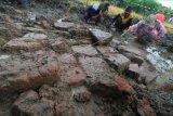 Tim arkeolog dari Balai Pelestarian Cagar Budaya (BPCB) Banten dibantu warga membersihkan lokasi penggalian situs yang diduga bangunan candi di desa Sambimaya, Indramayu, Jawa Barat, Sabtu (5/12/2020). Balai Pelestarian Cagar Budaya (BPCB) Banten bekerja sama dengan Tim Ahli Cagar Budaya (TACB) Indramayu melakukan ekskavasi dan pengkajian serta penelitian terhadap struktur batu bata kuno yang diduga bangunan candi. ANTARA FOTO/Dedhez Anggara/nym.