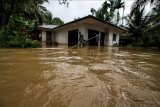 Babinsa TNI Kodim 0103 Aceh Utara mengecek rumah warga saat terjadi bencana banjir di Desa Hasan Kareung, Blang Mangat, Lhokseumawe, Aceh, Sabtu (5/12/2020). Data Badan Penanggulangan Bencana Daerah (BPBD) menyebutkan bencana banjir terus meluas, merendam 502 desa di 20 kecamatan di Aceh Utara, menyebabkan sekitar seribu warga mengungsi. ANTARA FOTO/Rahmad/nym.