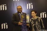 Sutradara film Perempuan Tanah Jahanam, Joko Anwar (kiri) dan produser Shanti Harmayn berpose usai memenangkan kategori Film Terbaik pada Festival Film Indonesia (FFI) 2020 di Jakarta, Sabtu (5/12/2020). Film Perempuan Tanah Jahanam berhasil memborong enam piala dari 17 nominasi. ANTARA FOTO/Aditya Pradana Putra/wsj.