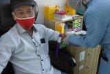 TES SEROLOGI COVID-19 KARYAWAN ANTARA. Petugas medis mengambil sampel darah Kepala LKBN ANTARA Biro Banten Sambas saat tes serologi atau tes antibodi COVID-19 di Laboratorium Kimia Farma, di Serang, Banten, Senin (7/12/2020). Tes serologi COVID-19 yang diikuti wartawan dan karyawan LKBN ANTARA Biro Banten itu digelar untuk mencegah penyebaran COVID-19. ANTARA FOTO/Asep Fathulrahman/Sb1