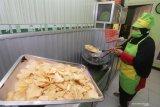 Perajin menggoreng umbi talas sebagai proses pembuatan keripik di Kelurahan Bandarlor, Kota Kediri, Jawa Timur, Senin (7/12/2020). Umbi talas mentah yang di pasaran hanya seharga Rp6.000 per kilogram mampu diolah menjadi keripik beraneka rasa yang kemudian dijual seharga Rp60 ribu per kilogram. Antara Jatim/Prasetia Fauzani/Um