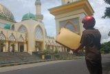 Plat atap Menara 99 Islamic Center Mataram berjatuhan diterjang angin kencang