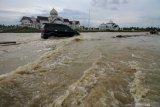 Cara aman berkendara di jalur banjir