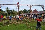 TNI bersama warga kampung Toire kerja bakti bangun masjid