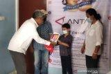 ANTARA salurkan bantuan gawai bagi anak wartawan terdampak COVID-19 di Kupang