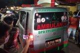 Ambulans pembawa jenazah pengawal Rizieq ke luar dari RS Polri