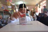 Nasrul Abit dan istri mencoblos di kampung halamannya Kabupaten Pesisir Selatan
