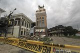 Suasana menara masjid Syech Abdul Manan Islamic Center yang roboh di Indramayu, Jawa Barat, Rabu (9/12/2020). Menara Masjid yang diresmikan tahun 2018 itu roboh akibat terpaan angin kencang beberapa hari lalu. ANTARA JABAR/Dedhez Anggara/agr