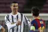 Pemain Juventus Cristiano Ronaldo berbincang dengan pemain Barcelona Lionel Messi pada pertandingan Liga Champions Grup G di Camp Nou, Barcelona, Rabu (9/12/2020). Juventus berhasil mempermalukan tuan rumah dengan skor 0-3 dan Ronaldo mencetak dua gol pada laga itu. Meskipun kalah, Barcelona tetap lolos ke babak selanjutnya. ANTARA FOTO/REUTERS/Albert Gea/pras.