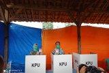 Bupati Waykanan salurkan hak suara di TPS 003 Kampung Bumi Ratu