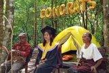Kesulitan internet, mahasiswi di Flores Timur wisuda di kebun