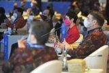Sejumlah peserta mengikuti pertemuan Bali Democracy Forum (BDF) ke-13 di Nusa Dua, Badung, Bali, Kamis (10/12/2020). Kegiatan yang dilakukan secara langsung dan virtual dengan mengambil tema 'Democracy and COVID-19 Pandemic' tersebut mendiskusikan berbagai hal penting mengenai keterkaitan antara demokrasi dan pandemi. ANTARA FOTO/Fikri Yusuf/nym.