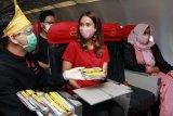 Penerbangan perdana AirAsia Jakarta-Padang diramaikan dengan bagi-bagi Nasi Padang
