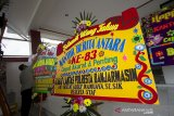 Pegawai merapikan karangan bunga berisi ucapan selamat ulang tahun Perum LKBN ANTARA di Kantor Perum LKBN ANTARA Biro Kalsel, Banjarmasin, Kalimantan Selatan, Jumat (11/12/2020). Menjelang hari ulang tahun Perum LKBN ANTARA ke-83, sejumlah karangan bunga berisi ucapan selamat ulang tahun dari berbagai instansi dan perusahaan swasta menghiasi halaman kantor Perum LKBN ANTARA Biro Kalsel di Banjarmasin. Foto Antaranews Kalsel/Abdul Hakim/Bay.