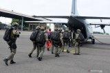 Sejumlah prajurit pasukan khusus dari Batalyon Intai Amfibi 2 (Taifib 2) Marinir Pasmar 2, masuk kedalam pesawat saat latihan formasi terjun bebas (free fall) di atas Lanudal Juanda, Sidoarjo, Jawa Timur, Selasa (15/12/2020). Latihan terjun free fall tersebut dalam rangka memelihara dan meningkatkan kemampuan, keterampilan serta profesionalisme aspek udara para prajurit Taifib 2 Marinir Pasmar 2. Antara Jatim/Serka Mar Kuwadi/Um