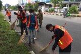 Tidak pakai masker warga Batam   membersihkan fasilitas  umum