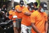 Petugas menggiring lima orang pelaku kejahatan penipuan saat pers rilis di Mapolres Bandara Soekarno Hatta, Tangerang, Banten, Kamis (17/12/2020). Dalam pengungkapan kejahatan tersebut petugas menangkap lima orang pelaku, tiga warga negara asing (WNA) Nigeria dan dua warga negara Indonesia (WNI) dengan modus mengaku sebagai petugas Bea Cukai Bandara Soetta dan dalam aksinya para pelaku meminta korban untuk mentrasfer sejumlah uang sebagai dana pinjaman untuk biaya pencarian uang 300 ribu dolar AS, yang tertahan di bea cukai. ANTARA FOTO/Muhammad Iqbal/hp.