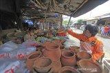 Personel Badan Penanggulangan Bencana Daerah (BPBD) membagikan masker kepada pedagang di Pasar induk Indramayu, Jawa Barat, Jumat (18/12/2020). Pembagian masker tersebut dalam rangka sosialisasi penerapan protokol kesehatan guna menekan penyebaran COVID-19. ANTARA JABAR/Dedhez Anggara/agr
