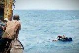 Enam kru KLM Armada Bahari Mulya yang terombang ambing di laut  diselamatkan  awak kapal kargo
