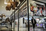 Pengunjung mengamati karya foto jurnalistik saat pameran foto ARKE Kilas Balik Jawa Barat 2019-2020 di 23 Paskal, Bandung, Jawa Barat, Senin (21/12/2020). Pameran foto virtual yang diselenggarakan Galeri Foto Jurnalistik Antara (GFJA), Antara Foto dan Antara Biro Jabar ini memamerkan 58 karya terbaik dari 11 pewarta foto di Jabar serta peluncuran buku foto Arke Kilas Balik Jawa Barat 2019-2020 dan berlangsung dari tanggal 21-27 Desember 2020. ANTARA JABAR/Adeng Bustomi/agr