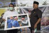 Wakil Gubernur Jawa Barat UU Ruzhanul Ulum (kanan) menerima cinderamata dari Dewan Pengawas LKBN Antara Monang Sinaga (kiri) saat pembukaan pameran foto Arke Kilas Balik Jawa Barat 2019-2020 di 23 Paskal, Bandung, Jawa Barat, Senin (21/12/2020). Pameran foto virtual yang diselenggarakan Galeri Foto Jurnalistik Antara (GFJA), Antara Foto dan Antara Biro Jabar ini memamerkan 58 karya terbaik dari 11 pewarta foto di Jabar serta peluncuran buku foto Arke Kilas Balik Jawa Barat 2019-2020 dan berlangsung dari tanggal 21-27 Desember 2020. ANTARA JABAR/Fakhri Hermansyah/agr