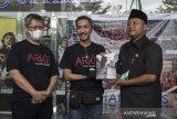 Wakil Gubernur Jawa Barat UU Ruzhanul Ulum (kanan) menerima buku foto Arke Kilas Balik Jabar 2019-2020 dari Kurator Galeri Foto Jurnalistik ANTARA (GFJA) Ismar Patrizki (tengah) didampingi Kepala Biro Jawa Barat Zaenal Abidin (kiri) saat peluncuran buku dan pameran foto ARKE Kilas Balik Jawa Barat 2019-2020 di 23 Paskal, Bandung, Jawa Barat, Senin (21/12/2020). Pameran foto virtual yang diselenggarakan Galeri Foto Jurnalistik Antara (GFJA), Antara Foto dan Antara Biro Jabar ini memamerkan 58 karya terbaik dari 11 pewarta foto di Jabar serta peluncuran buku foto Arke Kilas Balik Jawa Barat 2019-2020 dan berlangsung dari tanggal 21-27 Desember 2020. ANTARA JABAR/Fakhri Hermansyah/agr