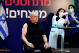 Perdana Menteri Israel Benjamin Netanyahu menunggu untuk menerima vaksin penyakit virus corona (COVID-19) di Sheba Medical Center di Ramat Gan, Israel (19/12/2020). ANTARA/REUTERS/Amir Cohen/Pool/aa.