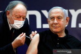 Perdana Menteri Israel Benjamin Netanyahu menerima vaksin penyakit virus Corona (COVID-19) di Sheba Medical Center di Ramat Gan, Israel (19/12/2020). ANTARA/REUTERS/Amir Cohen/Pool/aa.