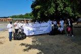 Jasa Raharja Sulut bersih-bersih sampah di Pantai Bunaken